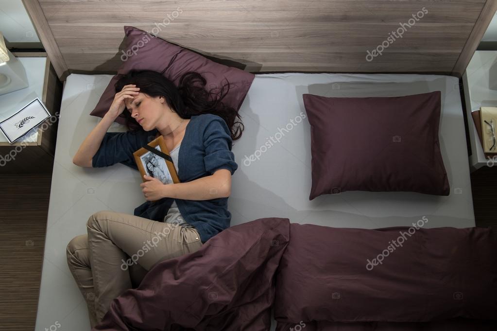 En la cama so una acompañante a 132